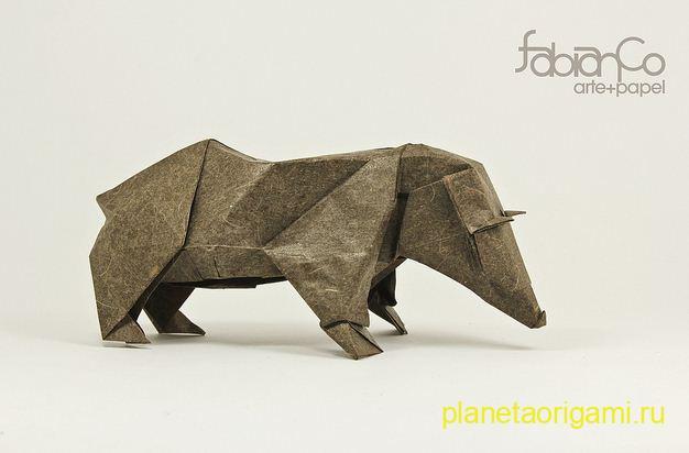 Бурый медведь оригами из бумаги коричнево-серого цвета