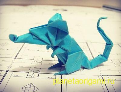 Оригами мышь из бумаги насыщенного бирюзового цвета