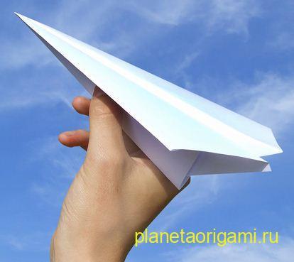 Оригами самолет в руке