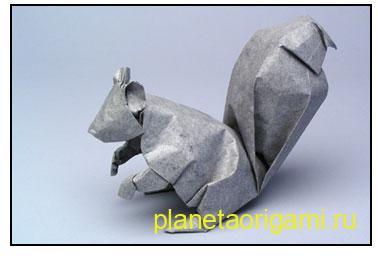 Оригами белка из бумаги серого цвета