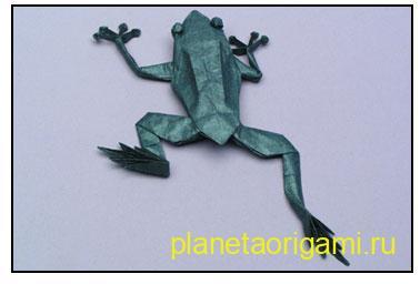 Оригами лягушка из бумаги зеленого цвета