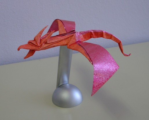 Этот забавный дракончик оригами станет отличным испытанием для проверки ваших навыков складывания поделок из бумаги.