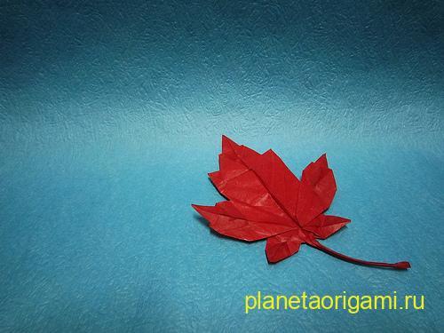 Кленовый лист из бумаги - оригами знаменитого листика, этакого символа, который изображен.
