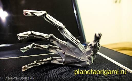 Пугающая рука из бумаги
