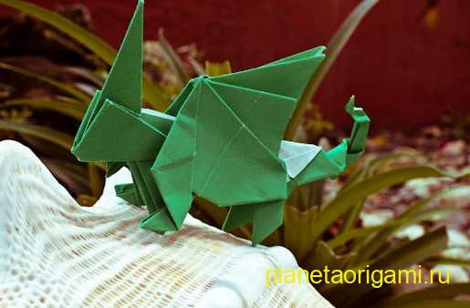 Дракон из бумаги зелёного цвета