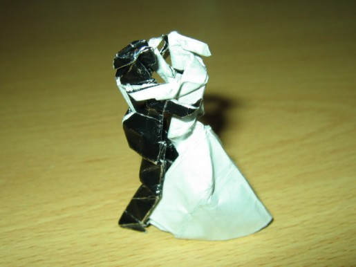 танцующая пара из бумаги