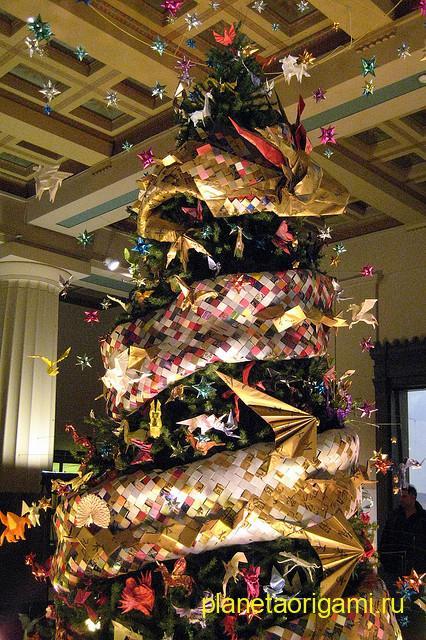 Новогодняя елка, украшенная бумажными игрушками