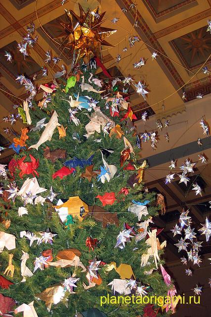 Новогодняя елка с оригами игрушками