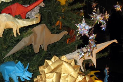 Бумажные динозавры и звездочки на новогодней елке