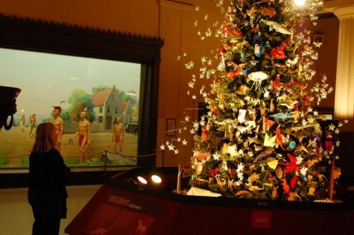 Новогодняя елка с оригами иггрушками