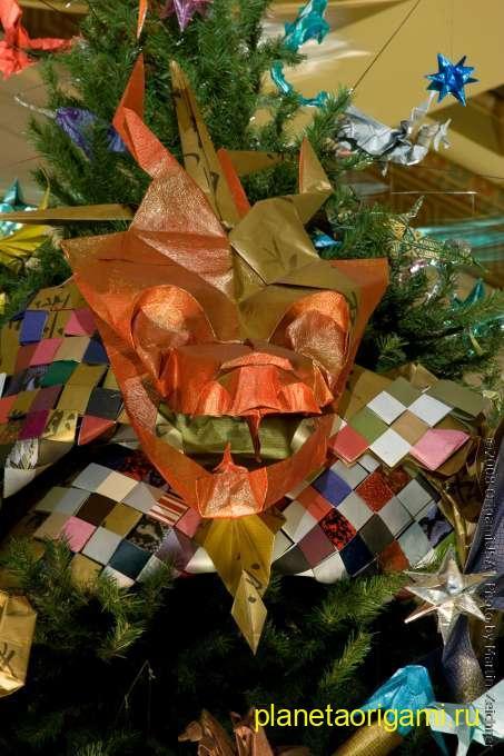 Оргими цветная маска на новогодней елке