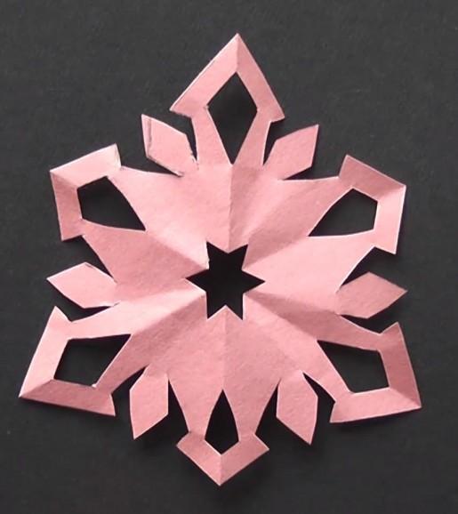 Снежинка киригами розового цвета