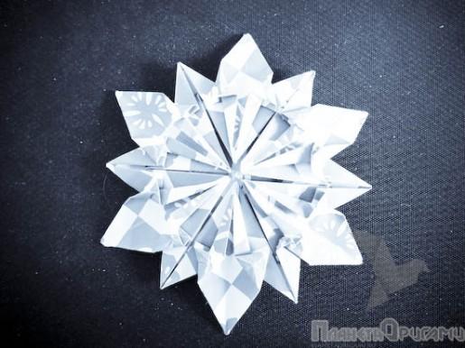 Белая бумажная снежинка