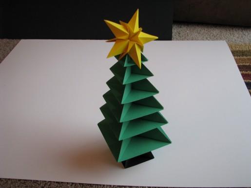Бумажная елочка зеленого цвета с желтой звездой