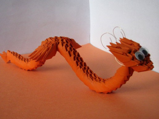 Модульная змея-дракончик из бумаги оранжевого цвета