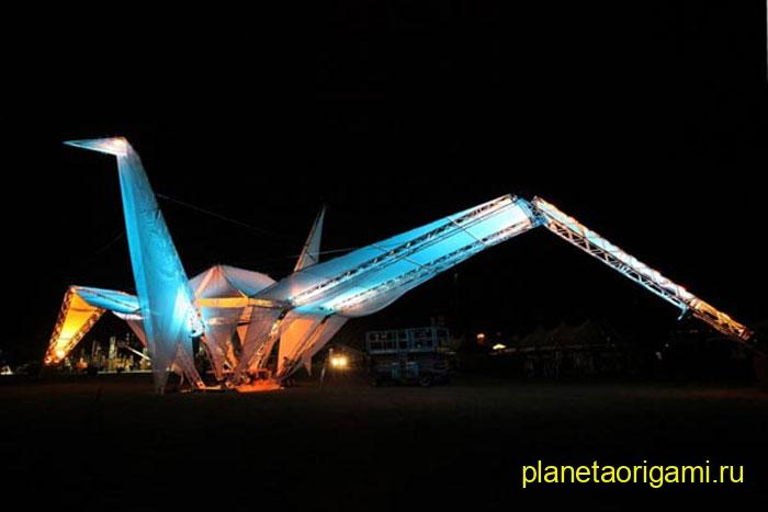 Самый большой в мире оригами журавль