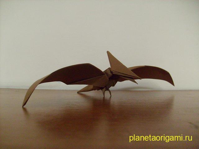 Оригами птеродактиль по схеме Тадаши Мори (Tadashi Mori) из бумаги коричневого цвета