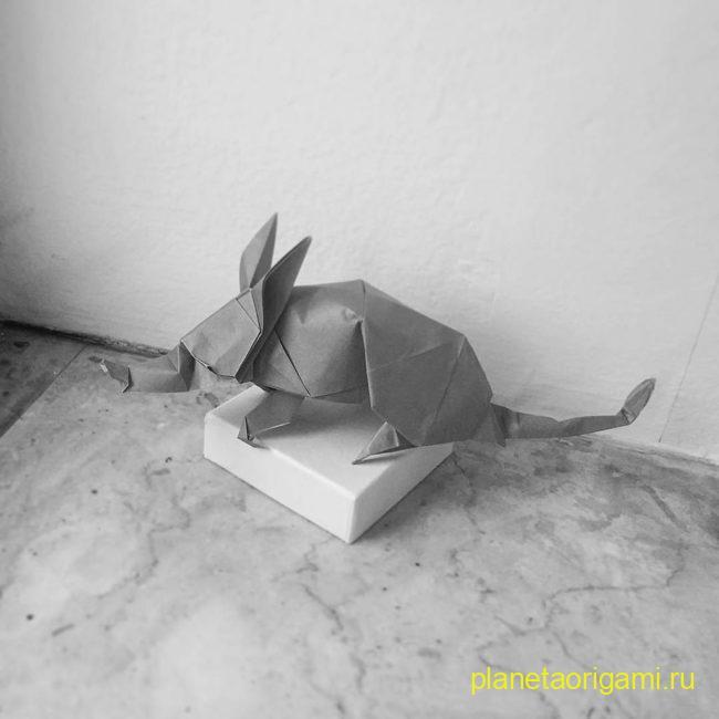 Оригами трубкозуб по схеме Квентина Троллипа (Quentin Trollip) из бумаги серого цвета