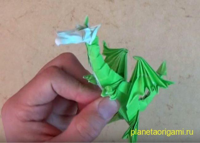 Оригами дракон Super Dragon Deluxe от Джереми Шейфера из бумаги зеленого цвета