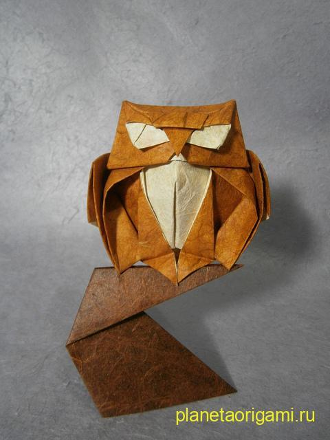 Оригами сова по схеме Романа Диаз (Roman Diaz) из бумаги оранжевого-желтого цвета