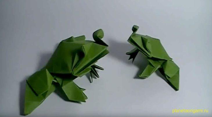 Оригами лягушка-бык по схеме Романа Диаз (Roman Diaz) зеленого цвета