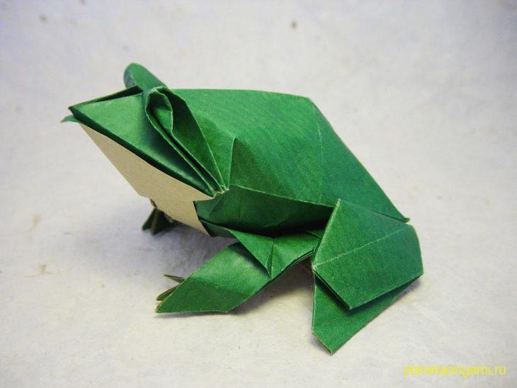 Оригами лягушка по схеме Beth Johnson