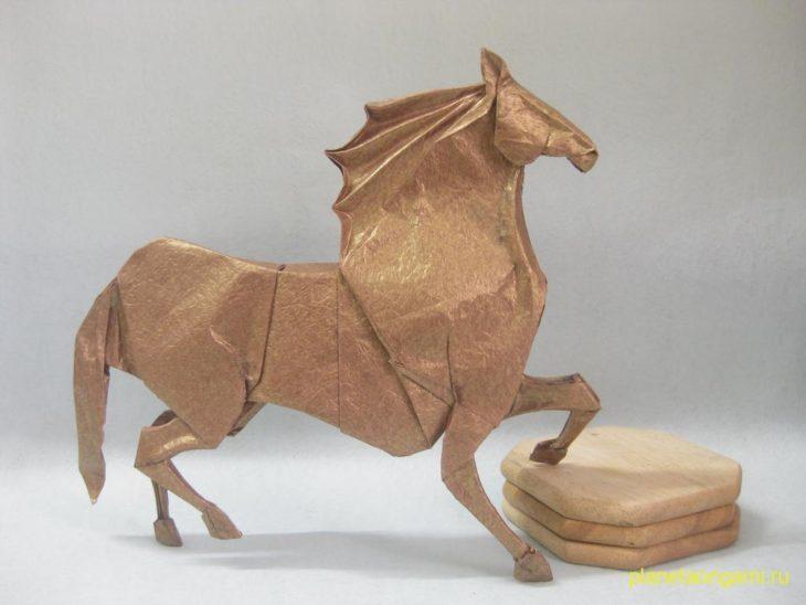 Две оригами-лошади: от J. Aníbal Voyer и Hideo Komatsu