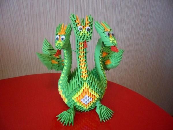 Оригами дракон из треугольных модулей