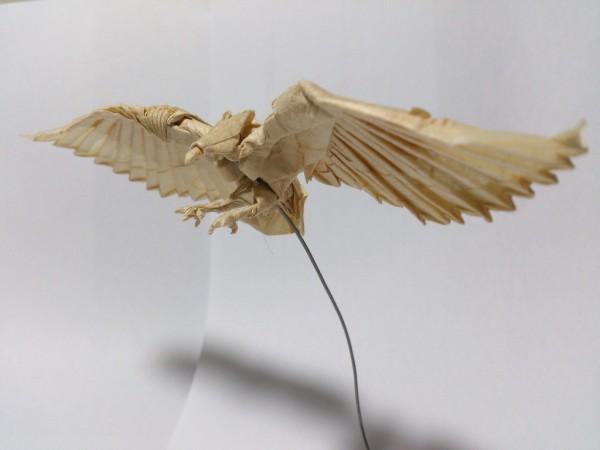 Балансирующий орел из бумаги