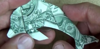 Оригами дельфин из долларовой купюры по схеме Джереми Шейфера (Jeremy Shafer)