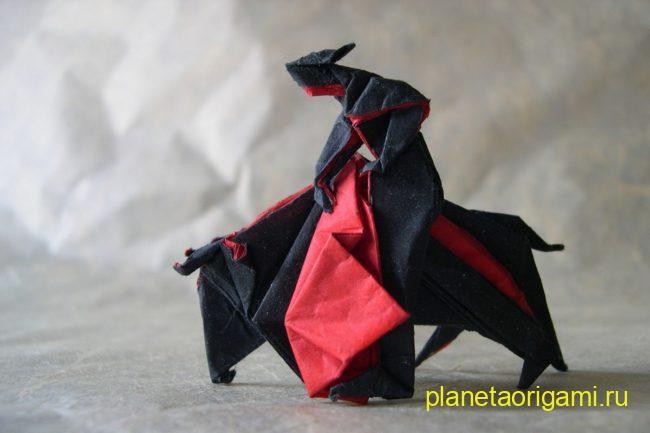 Оригами Llopio's Moment of Truth по схеме Нила Элиаса (Neal Elias) из бумаги черного и красного цветов