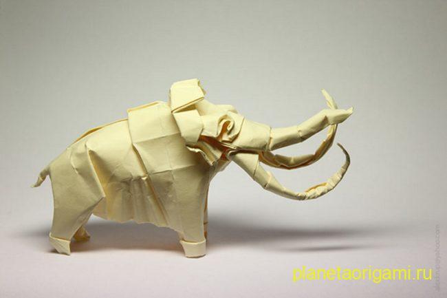 Оригами мамонт по схеме Сатоши Камия (Satoshi Kamiya) из бумаги желто-белого цвета