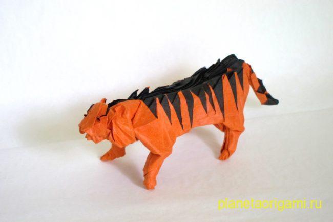 Оригами тигр по схеме Хидео Коматсу (Hideo Komatsu) из бумаги оранжевого и черного цветов