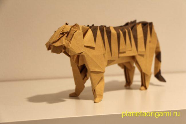 Оригами тигр по схеме Хидео Коматсу (Hideo Komatsu) из бумаги коричневого цвета