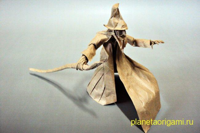 Оригами волшебник по схеме Сатоши Камия (Satoshi Kamiya) из крафтовой бумаги