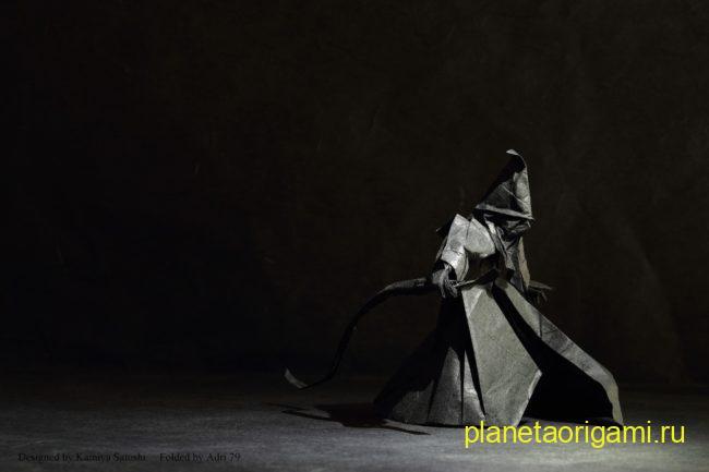 Оригами волшебник по схеме Сатоши Камия (Satoshi Kamiya) из темно-серой бумаги