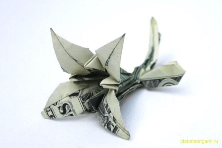 Оригами лилия из 100 долларовой купюры