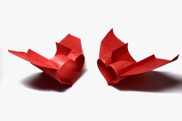 Оригами бумажный самолет-сердечко из бумаги красного цвета