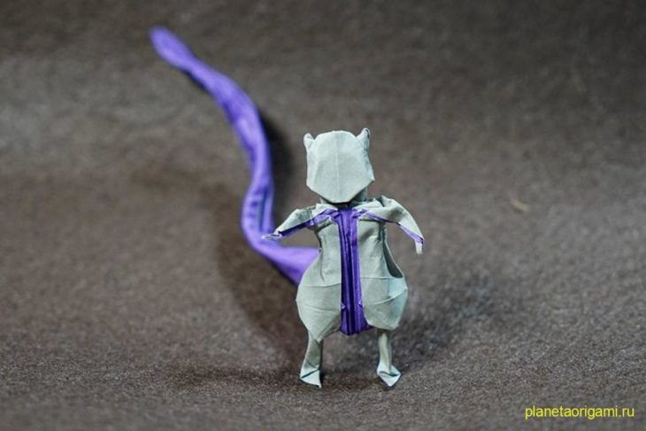 Оригами покемон Мьюту из бумаги серо-фиолетового цвета