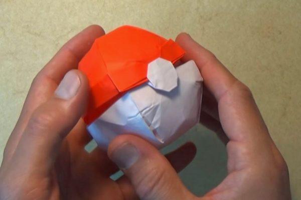 Оригами покебол из бумаги красного и белого цветов