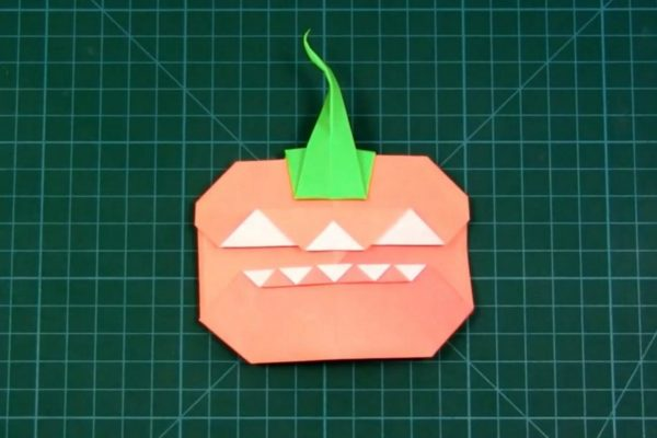 Оригами светильник Джека из бумаги оранжево-белого цвета
