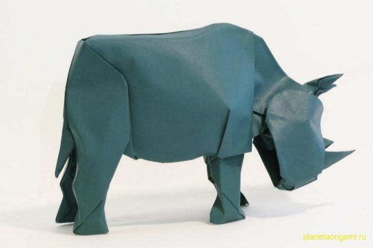 Оригами носорог из бумаги серо-синего цвета