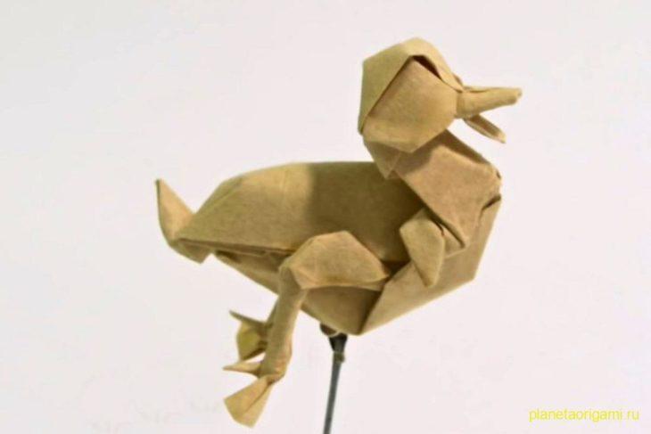 Оригами утенок из бумаги бежевого цвета