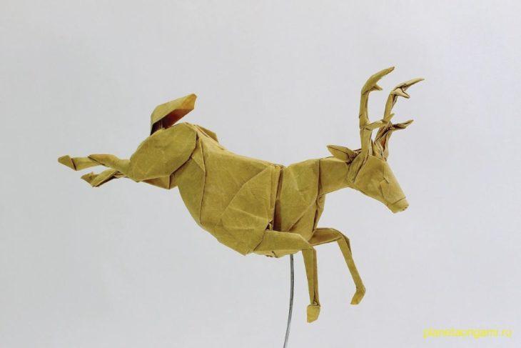 Оригами олень из коричневой бумаги
