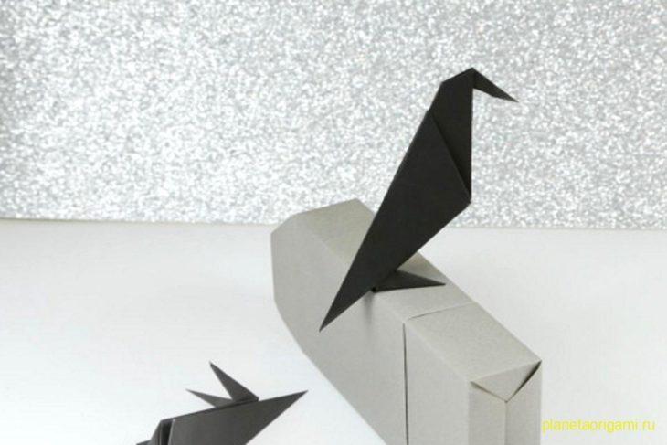 Оригами простой ворон из бумаги черного цвета