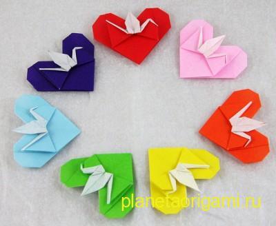 Бумажный журавль в сердце из разноцветной бумаги