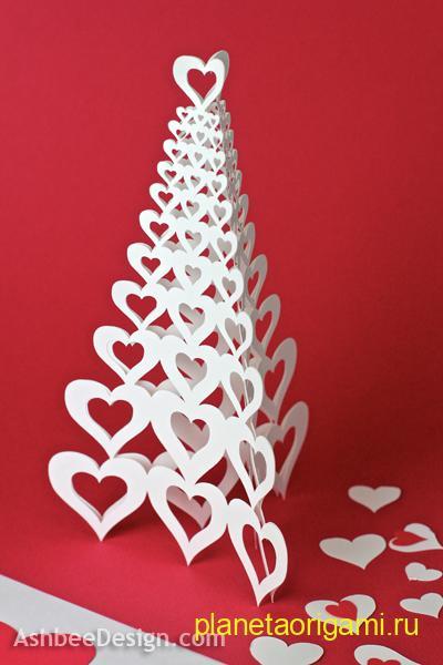 Оригами сердца, собранные в виде елочки белого цвета