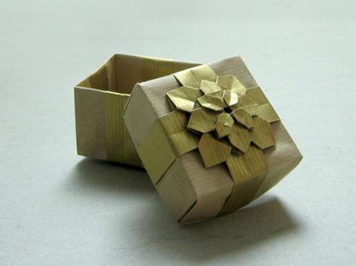 Подарочная коробочка с гортензией от Dáša Ševerová и Shuzo Fujimoto