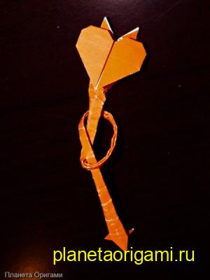 Оригами сердце со стрелой из бумаги оранжевого цвета