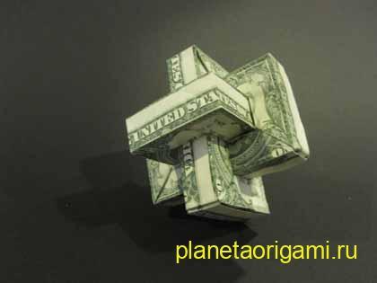 Фигура из трех денежных купюр